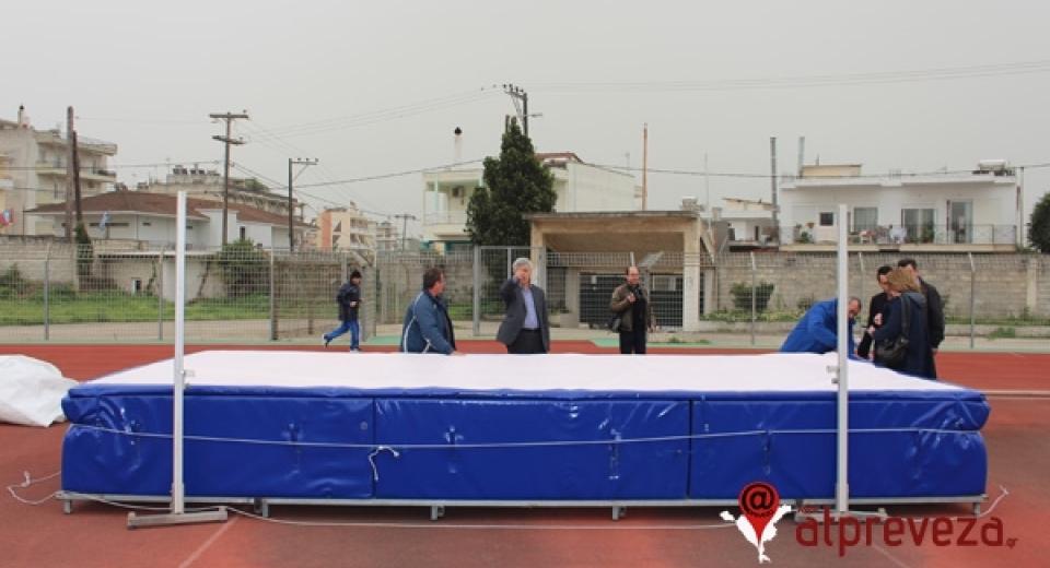 Τοποθετήθηκε στρώμα για άλμα εις ύψος στο γήπεδο της Πρέβεζας (pics)